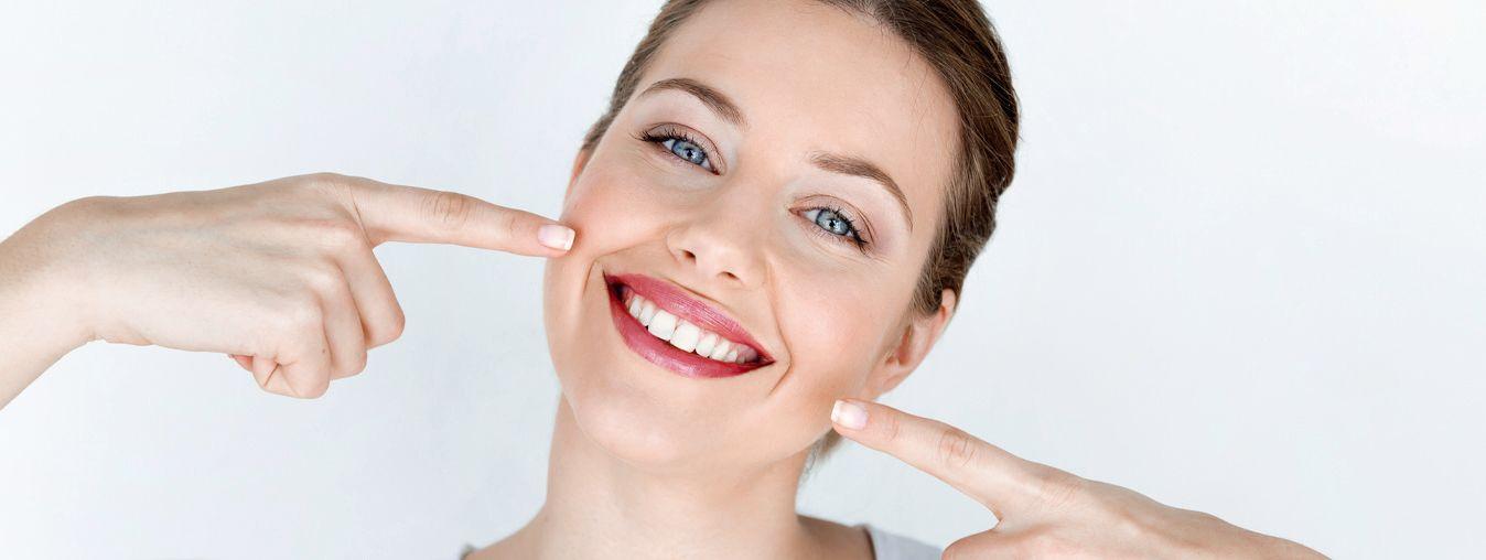 blistav osmijeh na ženskom licu